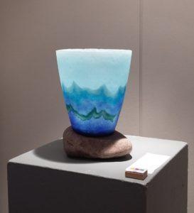 Maso I - Pate de verre - vaas op maaskei - 2e prijs categorie Keramiek in Mr. Harry Dobbelsteinprijs