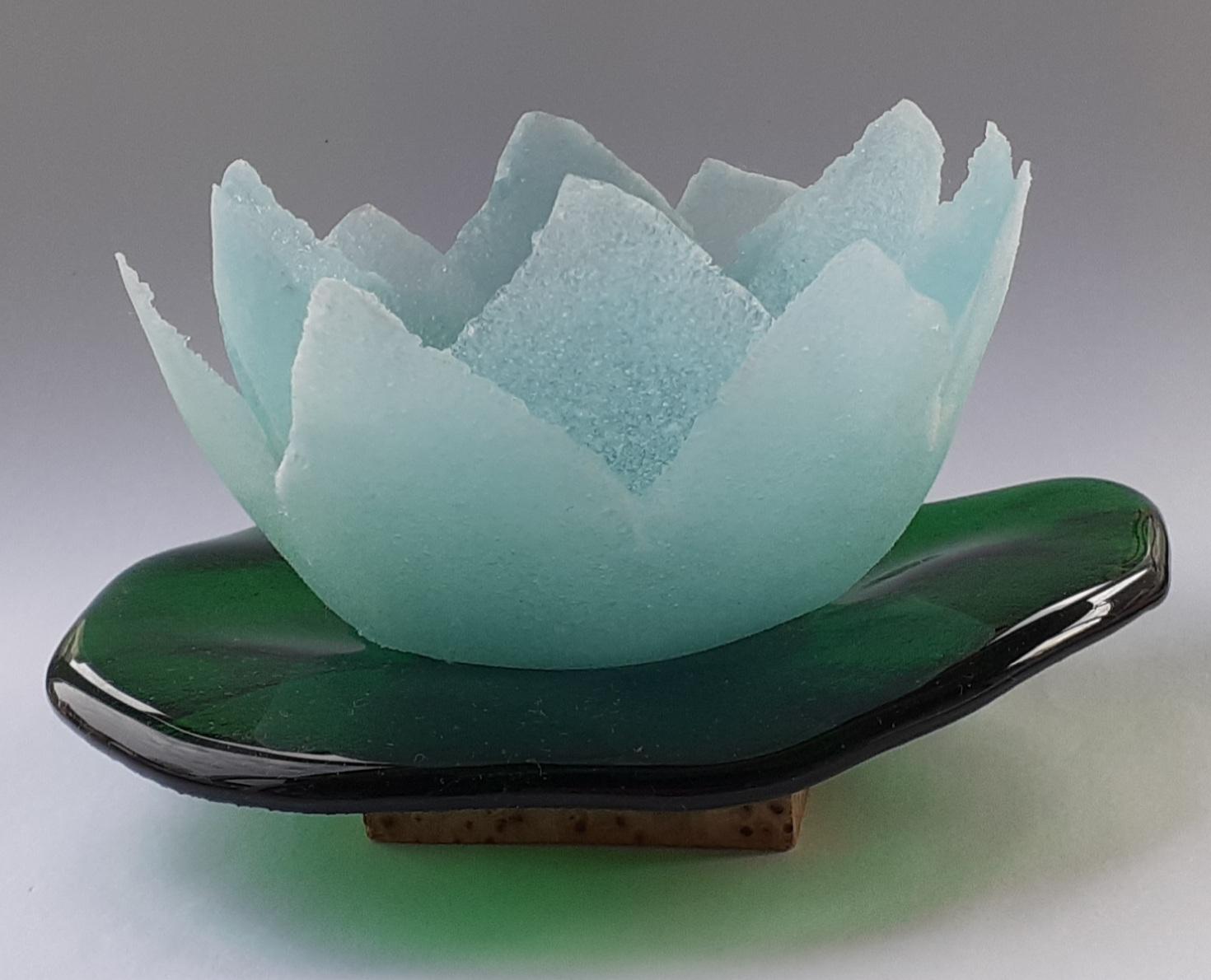 Pate de verre, lotus, fused glas op hout
